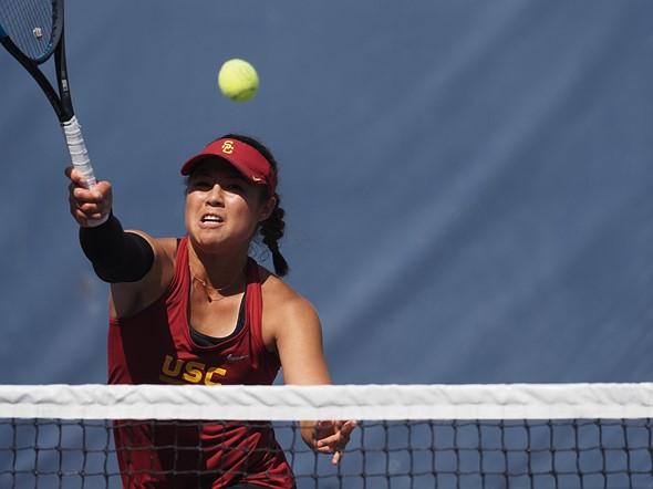 Olympus E-M1X vs Nikon D5: shooting tennis
