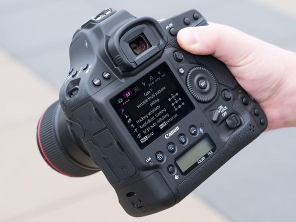 Intelligent AF with a 360k-pixel RGB+IR metering sensor